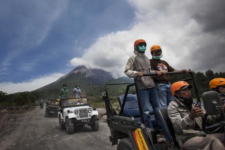 Menyusuri Lereng Merapi dengan Menggunakan Jeep Tour